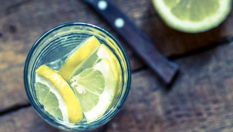 Zitronenwasser am morgen trinken