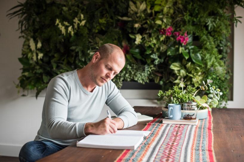 Tim Ferriss beim Schreiben