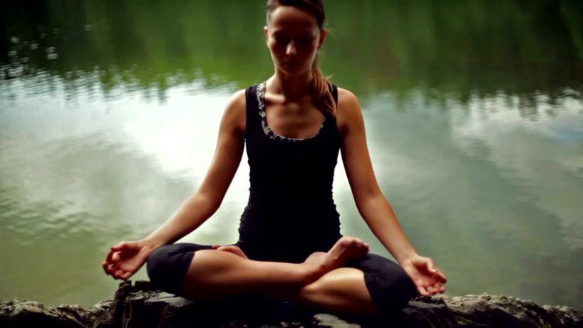 Frau beim Meditieren im Zen Modus