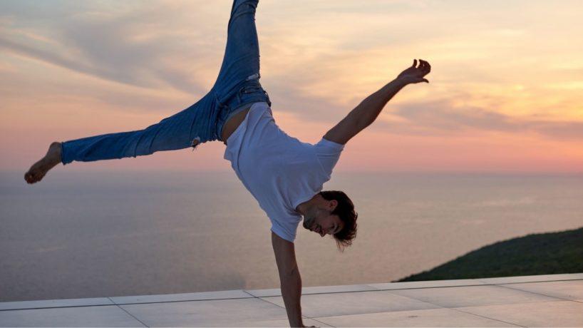 Yoga Pose von Mann am Meer